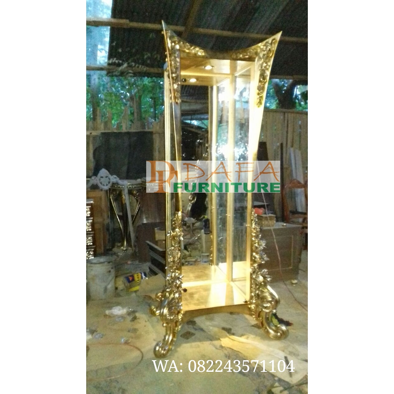 Lemari Kaca Ruang Tamu Mewah Ukir Emas Terbaru